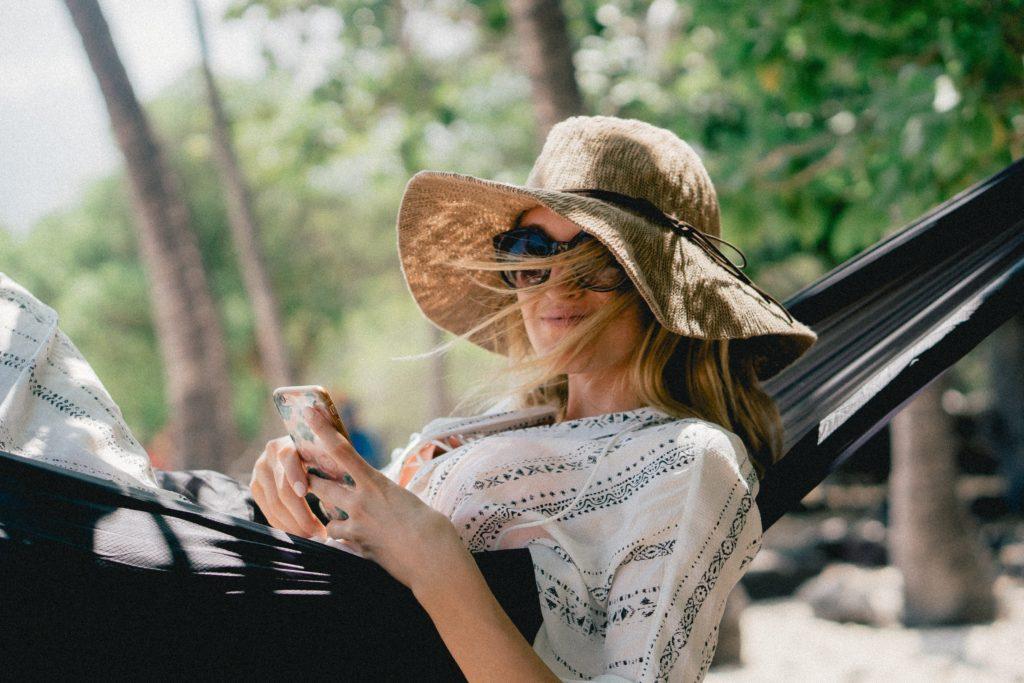 Frau glücklich in einer Hängematte