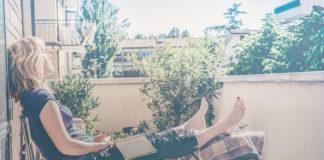 kleiner Balkon mit Person