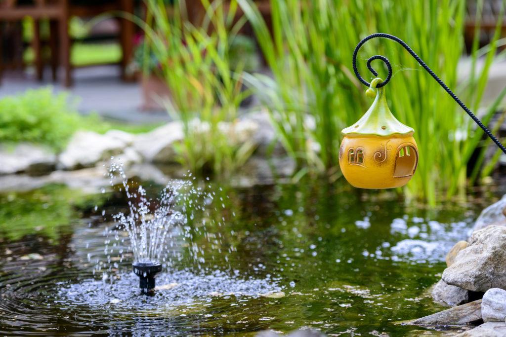 Wasserspiel mit Dekoelementen
