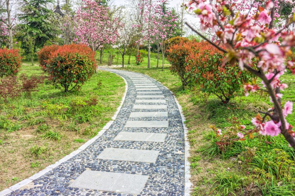 Gartenweg mit Platten und Ziersteinen