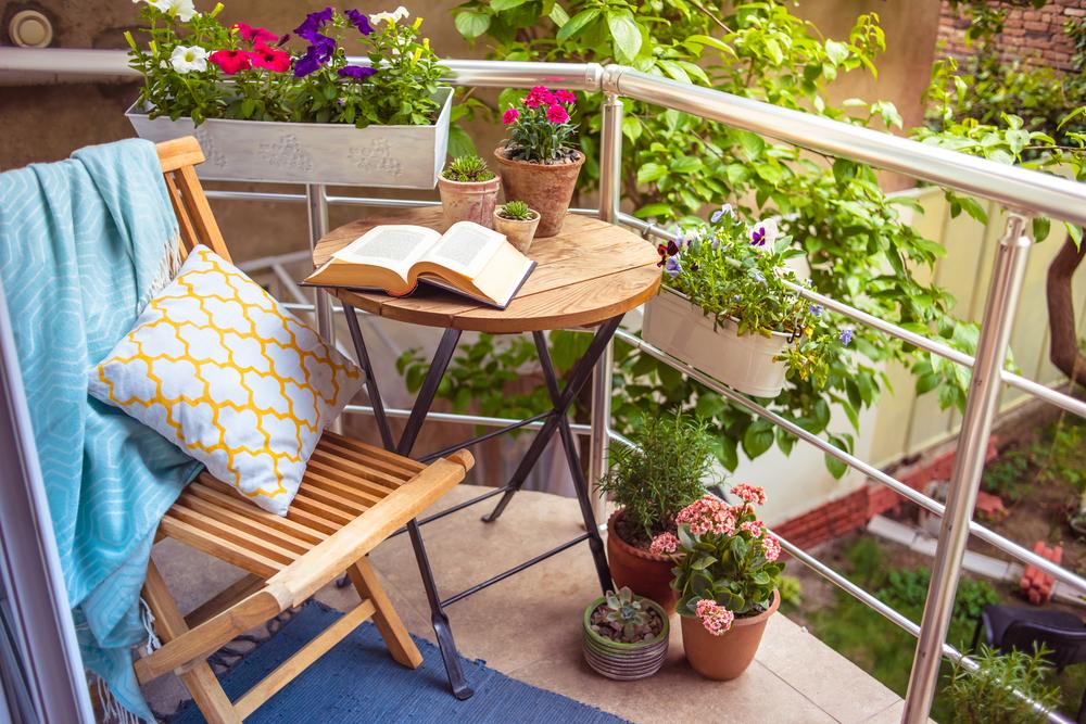 Balkonien - Urlaub auf dem Balkon mit einem guten Buch