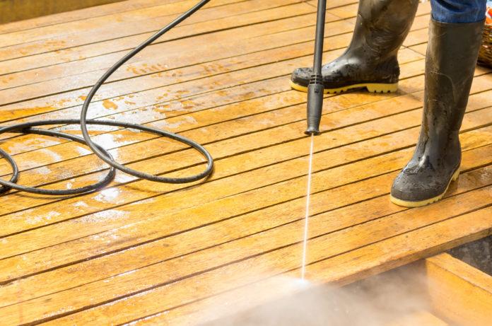 Reinigung einer Holzterrasse