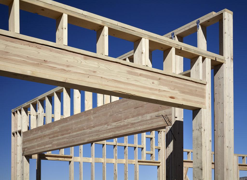 Holzkonstruktion beim Bau mit Leimbinder