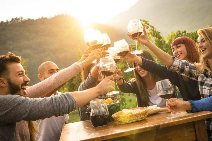 Party mit Freunden draußen an der Bar