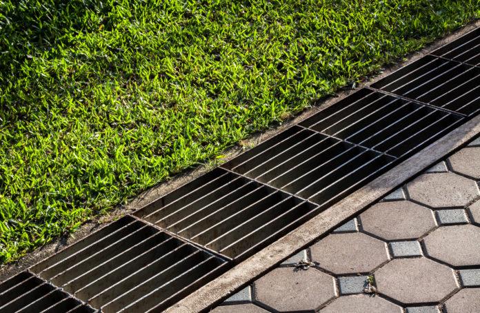 Drainage an der Terrasse zum Wasserablauf