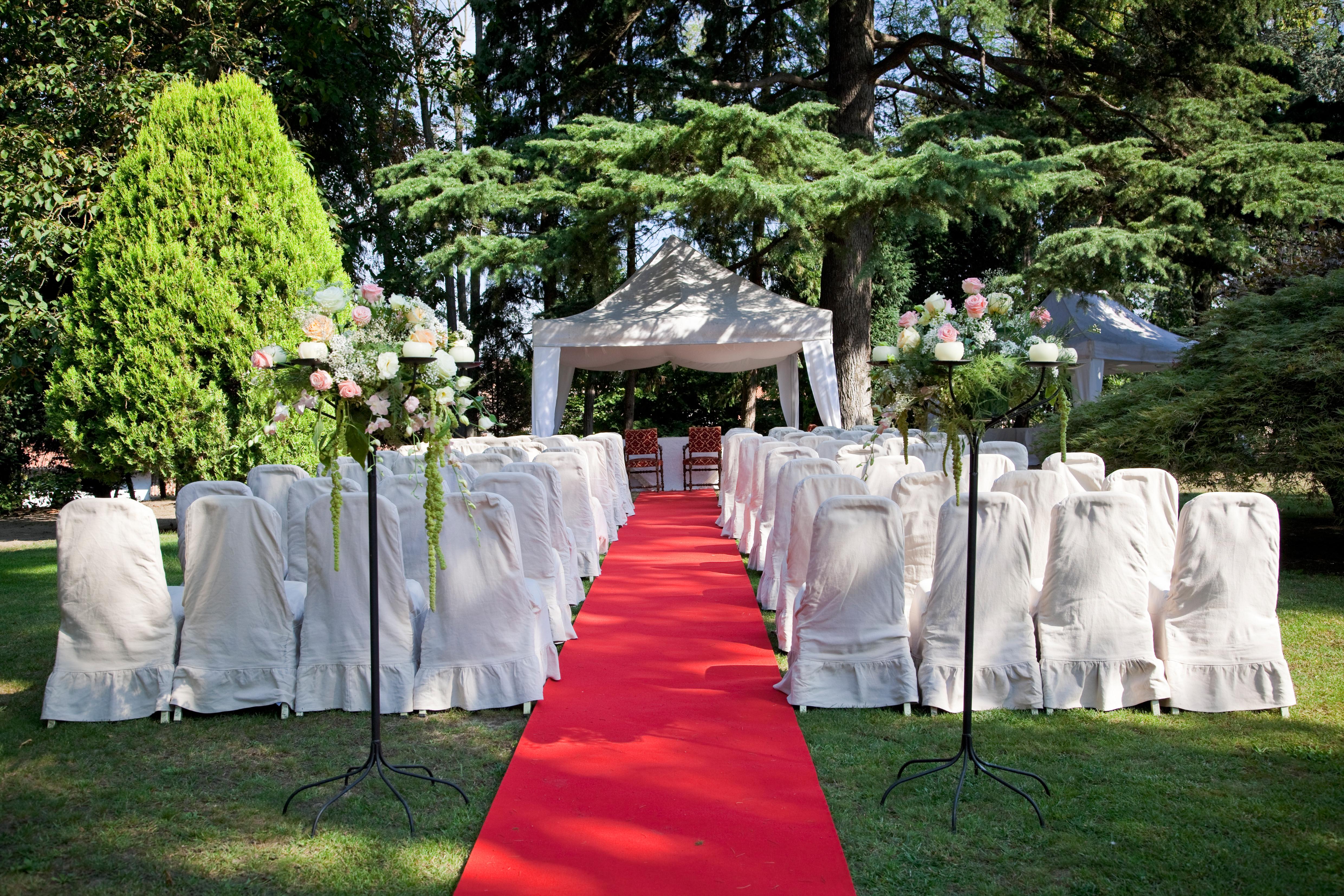 Gartenhochzeit mit Pavillon und rotem Teppich