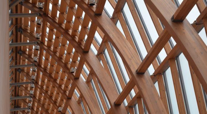 Holzkonstruktion in der Architektur aus Leimbinder