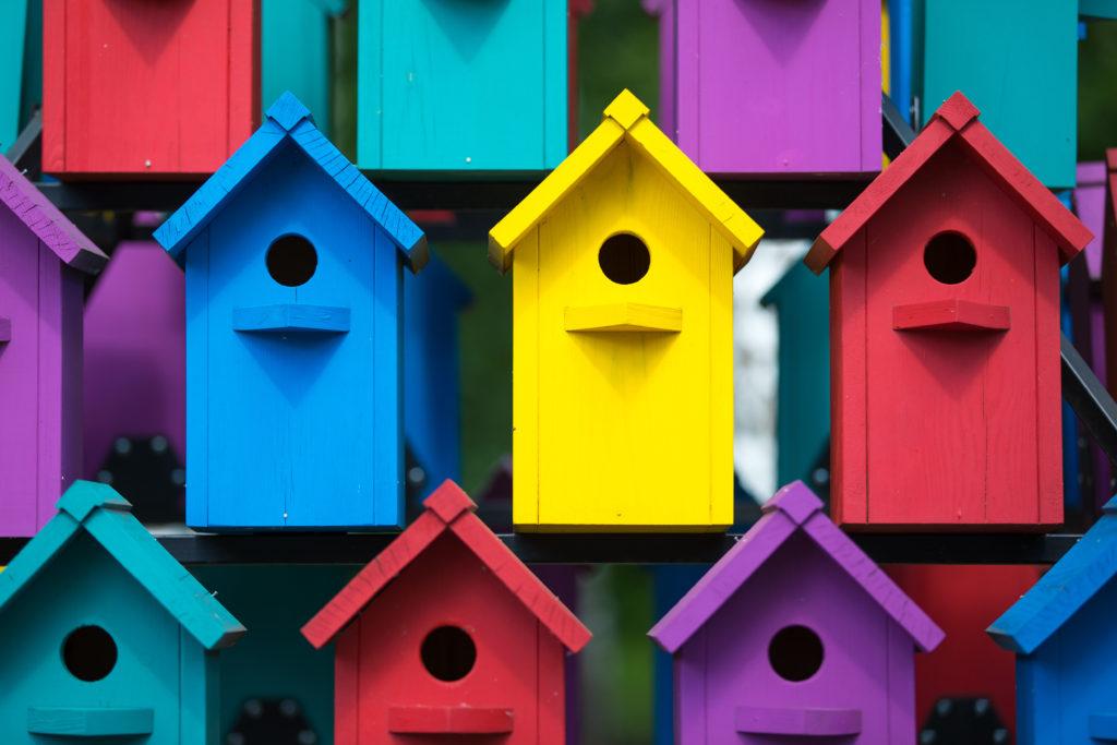 farbenfrohe Gartenhäuser
