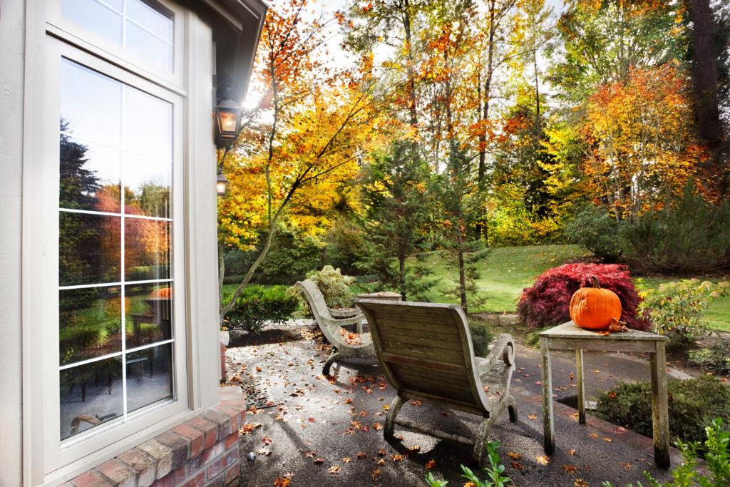 Terrasse im Herbst mit Kürbis auf dem Tisch