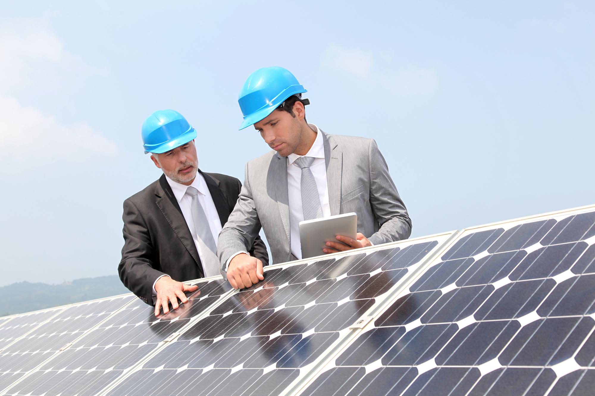 solaranlagen-am-gartenhaus-maenner-am-solarpanel