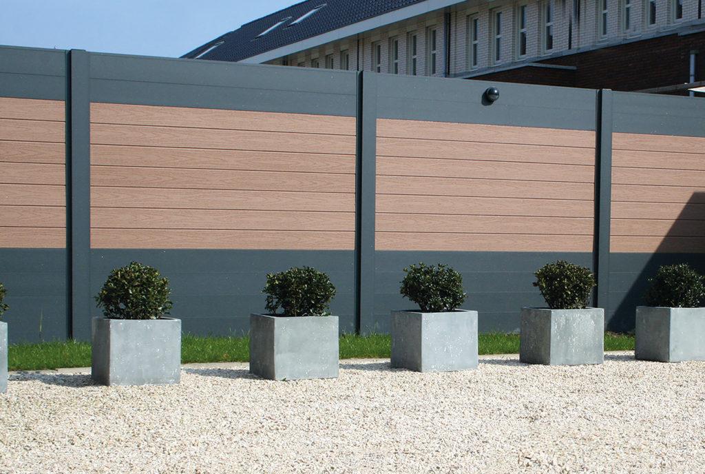 zaun aus aluminium an der grundstücksgrenze