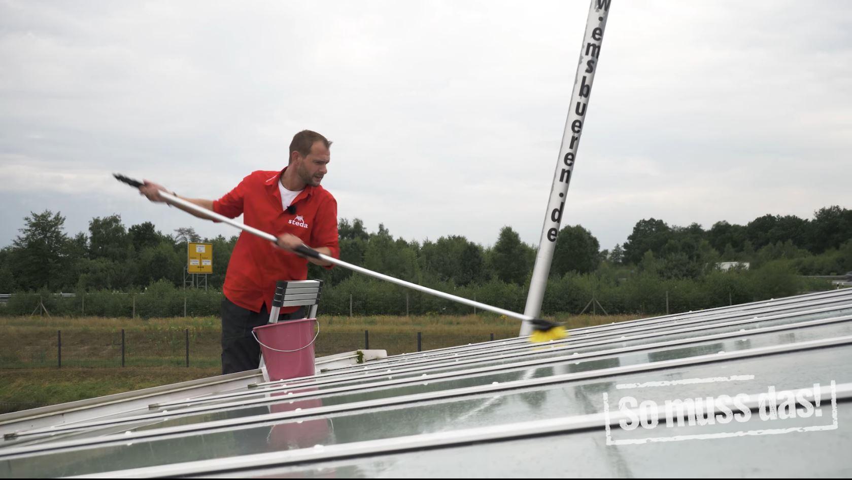 Terrassendachreinigen mit Waschbürste