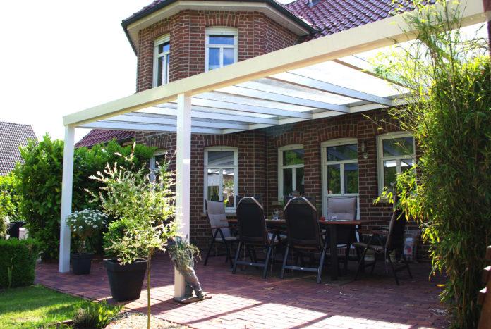 terrassenueberdachung-aluminium-wandanbau-weiß-sicherheitsglas