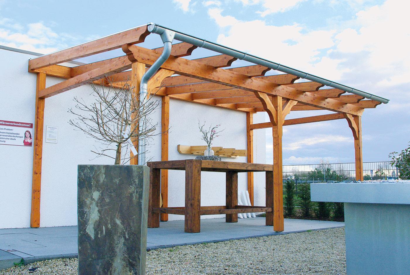 Terrassenüberdachung mit einem Hochtisch aus Holz